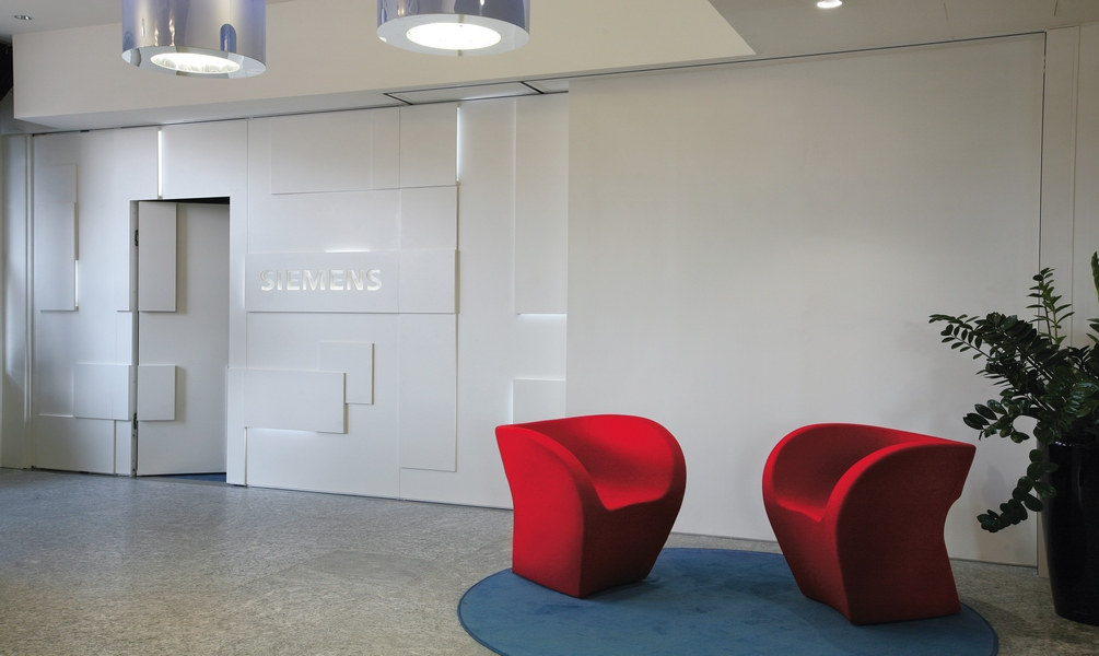 Movable design partitions shine walls for Movable exterior walls
